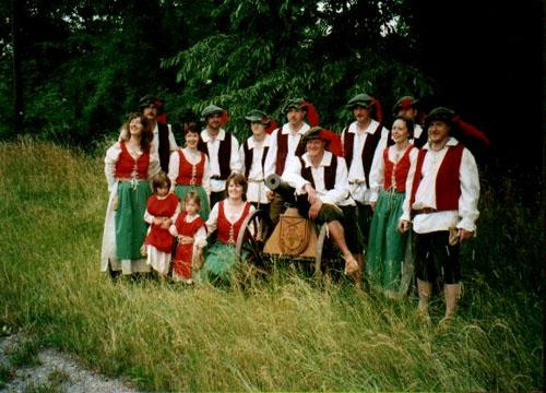 Gruppenfoto Owaroisa Schweffl mit Kanone