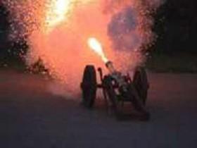 feuernde Kanone